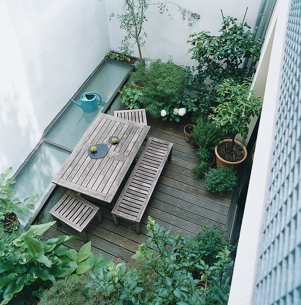 #outdoor #design #modern #outside #indooroutdoorliving #greenery #garden #wood #woodtable #courtyard #yard #apartment #exterior  Photo by Jessica Antola