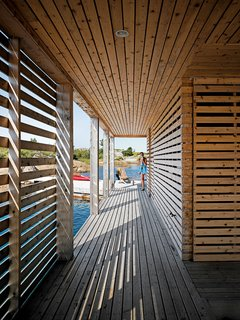 #beachhouses #exterior #outside #outdoors #slatted #corridor #cedar #modern #lighting #minimal #indooroutdoorliving #Ontario #FloatingHouse