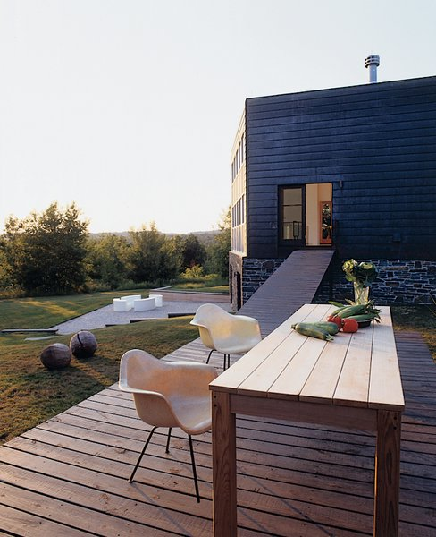 #outdoor #outside #modern #moderndesign #exterior #deck #eames #woodtable #dining #newyork