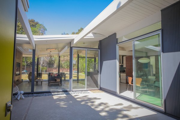 Materials original to classic Eichler homes such as interior wood paneling, aluminum sliding doors, glass walls, and VCT flooring were restored.