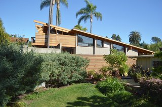 Architect Steven Lombardi is responsible for El Dorado, a modern beauty in La Jolla Shores. Facing a multi-generational home originally built in 1954, Lombardi fully renovated both the interior and exterior. To bring the house up-to-date while preserving a nod to the past, he sandblasted the existing wood structure to expose its original Douglas fir post-and-beam frame.