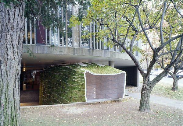 The exterior panels were infilled with moss to create a fuzzy green surface—and to provide acoustic insulation against outside noise.