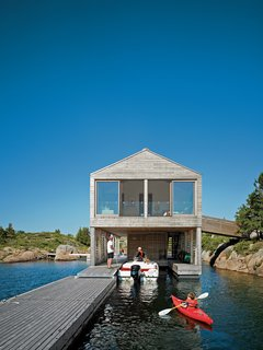 Cedar slats help this Ontario lake house float soundly atop still waters. Photo by: Raimund Koch