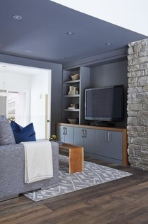 Walker carried the aquatic color palette over to the new den, which sits just off of the kitchen-dining area.