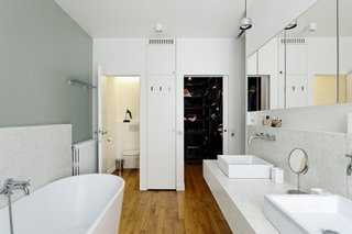 The owners wanted to have a clear distinction between the more public areas of the home and the more private ones. In the master bathroom, which is on the lower floor, tiles were used from the Italian company Trend.