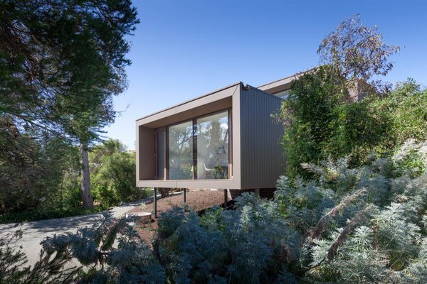 The facade uses sustainably harvested and local PEFC-certified Australian timber cladding. Not only does the material palette blend in with the surrounding landscape, but it also serves a practical purposes: it is resistant to brush fire and extreme weather.