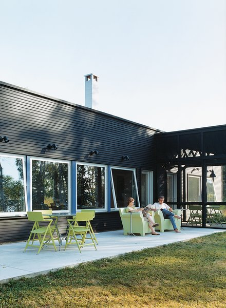 """The homeowners were impressed by the way Salmela conflated the indoor/outdoor continuum. """"We really needed that contact with the lake and the woods even when inside,"""" says Golob. All outdoor seating by Kartell."""