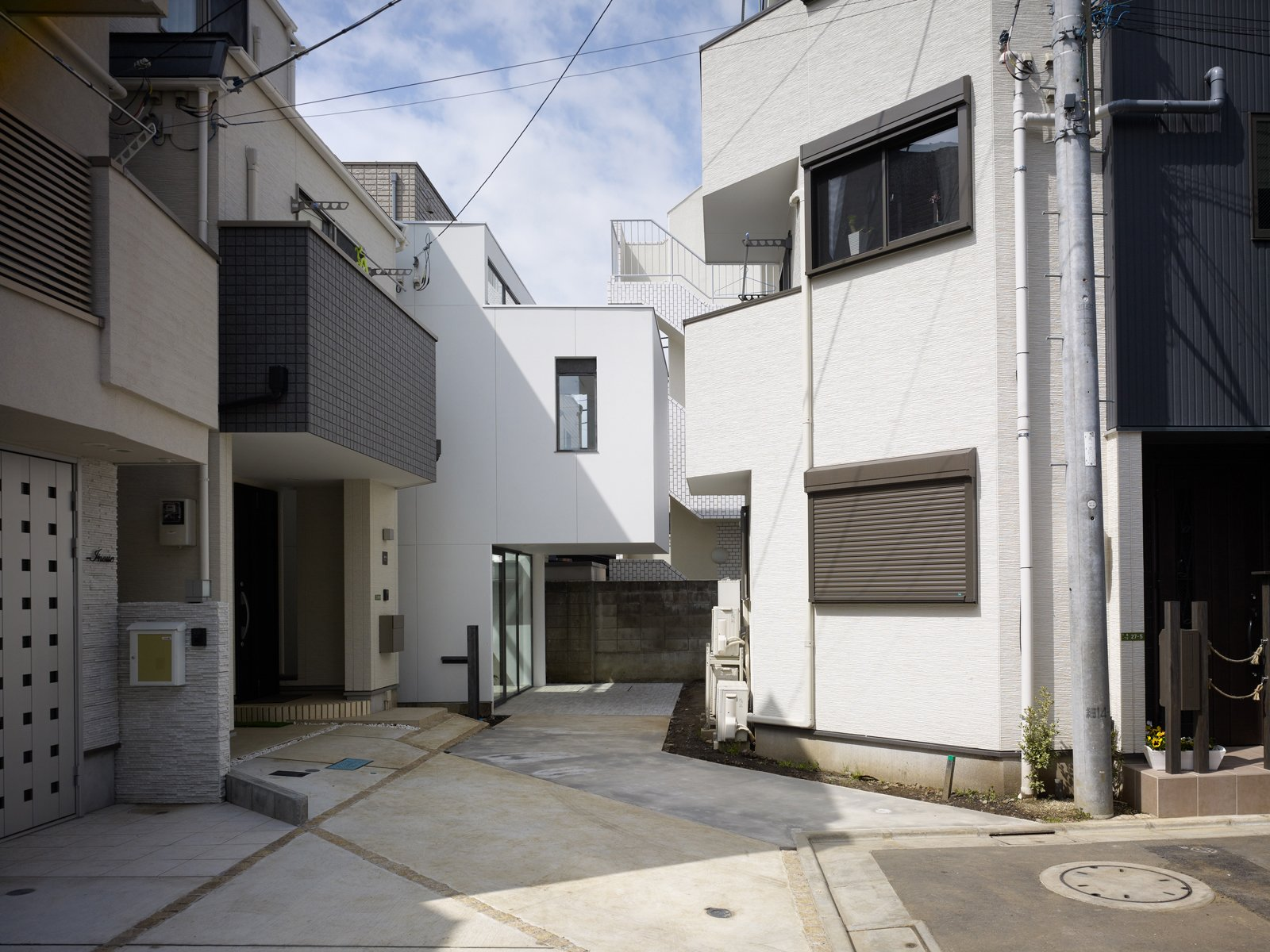 Pairing living flora amidst stark concrete and devoting most of the essential 653-square-foot interior to a garden space, architect Akira Mada's Minna no le (meaning Everyone's House) is a functioning contradiction.  Unique Tokyo-Based Architects by Kate Santos