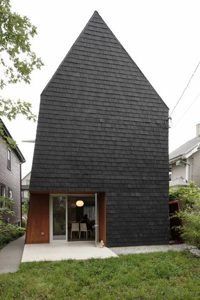 The past can be intimidating for architects working in older cities with limited examples of contemporary design, but Adam Sokol has managed to push a new look forward in Buffalo, New York, with his Birdhouse. Completed in 2011, the residence replaces a vacant lot on Bird Avenue—a rare opportunity for new construction in a healthy neighborhood defined by its collection of century-old infrastructure.