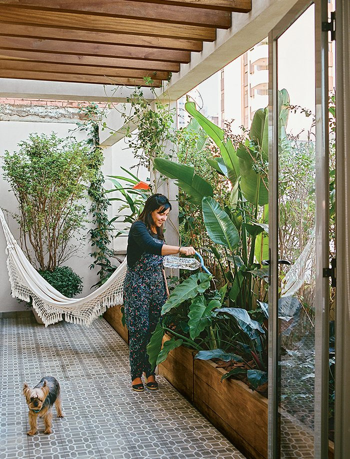 Outdoor, Garden, Gardens, Raised Planters, Walkways, Shrubs, Small Patio, Porch, Deck, and Tile Patio, Porch, Deck Architects Simone Carneiro and Alexandre Skaff transformed a cramped São Paulo apartment into a mid-city refuge for Simone Santos.  Photo 1 of 15 in Amazing Garden Oasis in São Paulo Born from a Five-Year Search and Renovation