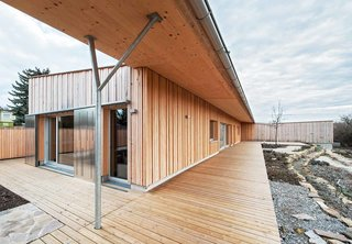 Một mái nhà nhô ra trên sân thượng phía nam cung cấp nhiều sự bảo vệ khỏi ánh nắng mặt trời.  Ở cuối phía đông của nó, một phòng ngủ độc lập cung cấp cho khách thêm sự riêng tư.