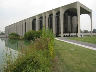 Like a bookshelf filled with volumes of varying width, Niemeyer's long, horizontal headquarters for this massive publishing concern consists of a series of arches of varying length and size, which sits idyllically on a large lake.