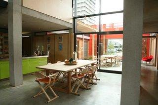 West London kitchen. Architect: Sir Richard Rogers, Rogers Stirk Harbour + Partners. © Maggie's Centres.
