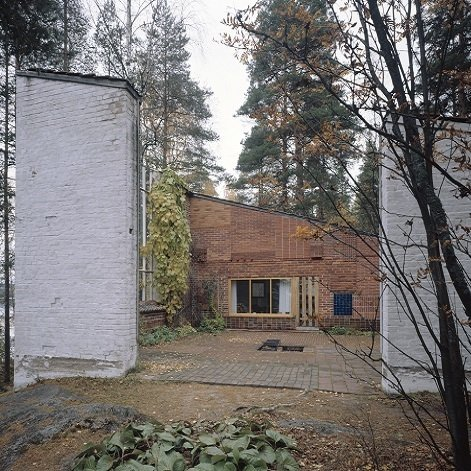Muuratsalo Experimental House (Säynätsalo, Finland: 1953)  An island home that served as Aalto's workspace and proving ground for decades, the L-shaped structure is in a clearing surrounded by boulders and stones are covered with moss, bilberry and lingonberry bushes. Aaltos played with and experimented with ceramics, solar heating and bricks (note the patchwork facade of different brick on the main structure).  (Credit: © Alvar Aalto Museum / Maija Holma)  Photo 4 of 11 in Design Icon: 10 Buildings By Alvar Aalto