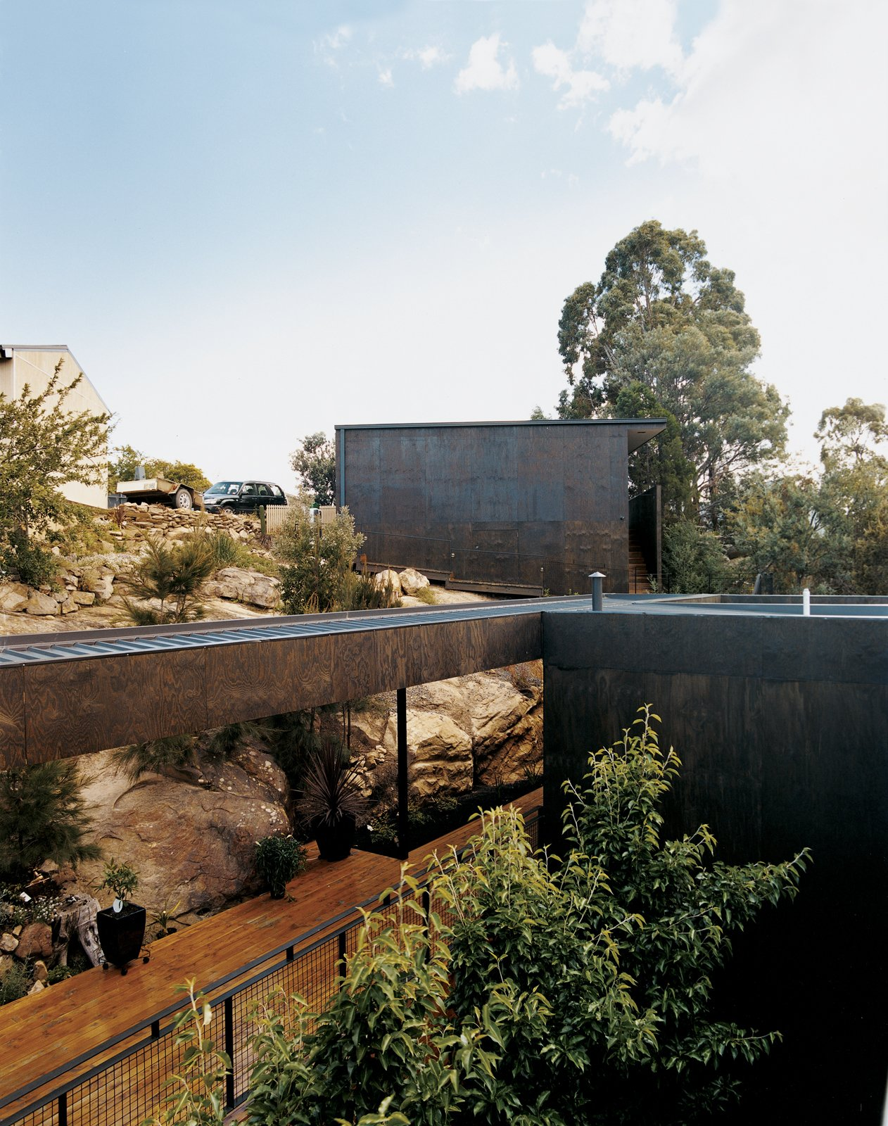 The Kingston House abuts a rock shelf upon which architects Aaron Roberts and Thomas Bailey once sat, dreaming up ideas for the design.  Photos from Kingston Brio