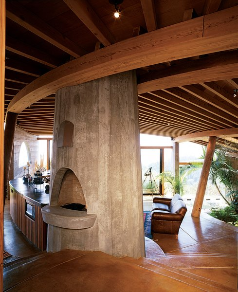 The interiors of many of Muennig's houses emphasize natural building materials such as wood, concrete, and stone. Plant life and nature are intrinsic to the Pfeiffer Ridge House IV.