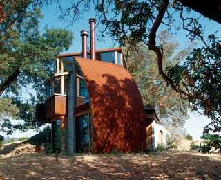 Hidden away up a perilous dirt road, the Witt Guesthouse, in its material and construction, reflects the wildness of the beauty that surrounds it.