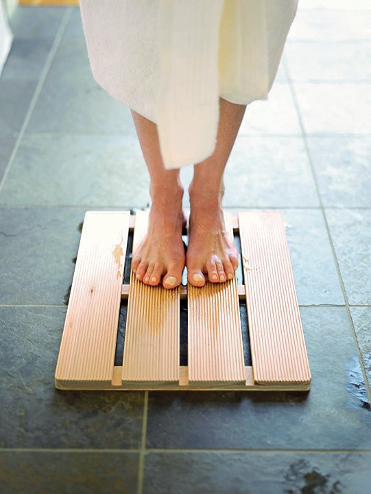 Hinoki wood bath mat by Viva Terra  Bathrooms: Wood by Virginia Gardiner