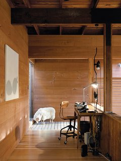 The office space is situated above the loft and is illuminated by Jielde steel lamps from France, which Dolce collects.
