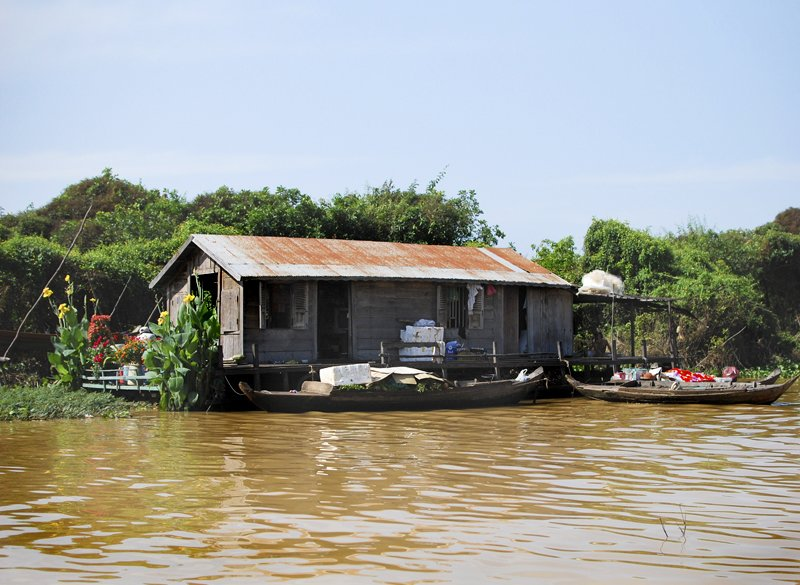 The houseboats and other transportable dwellings are constructed by each family, occasionally with a the help of a more experienced builder in the community. Many are built from bamboo, teak, thatched palm leaves, corrugated metal, and found materials -- plastic sheeting, discarded banners, tarps, fabrics, and the like.  Living on Water: Floating Villages by Tiffany Chu