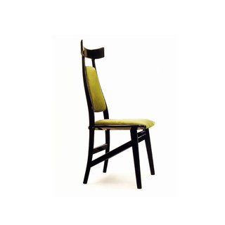 Echoing the exaggerated headrest of the Aspas chair, the Bule chair was designed in 1996. Photo courtesy Espasso.