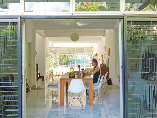 Singaporeans tend to keep their homes airtight, but Nicolette de Waart prefers to bring the outdoors—–and her Dutch design aesthetic—–in.