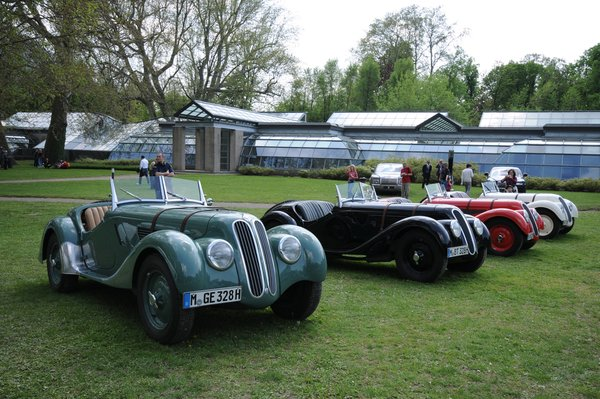 A collection of BMW 328s on the lawn in front of the Lario Wing of Spazio Villa Erba.