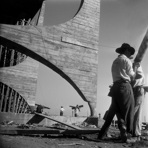 The great geometry of the National Congress's concrete supports make a fine frame for construction workers in this photo by Gervasio Batista.