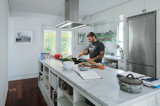 To accommodate his passion for cooking, Renaldi insisted on the long Carrara marble countertop, a niche for cookware, and ultra-contemporary appliances.