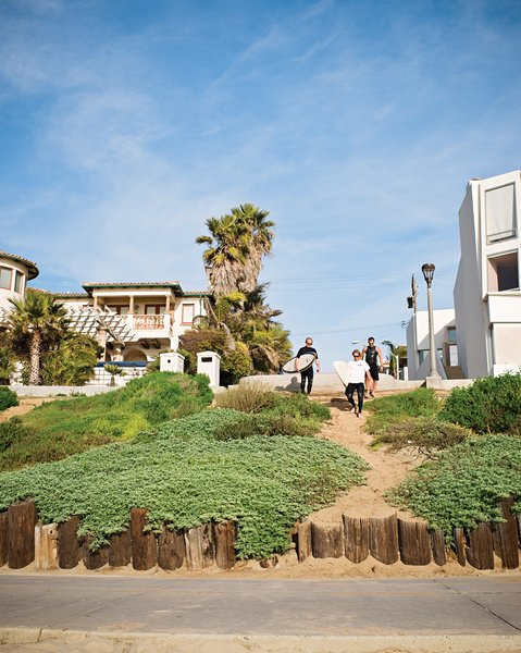 The trio walks down to the beach via the strand.