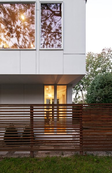 "The cedar screen that extends out from the dining and living rooms traces the line of the actual setback and reads not as a wall of the house but as a delineator of exterior space. The same material is used on the railing on the roof deck and offers a bit of privacy without, according to Braver, ""looking like a stockade."""