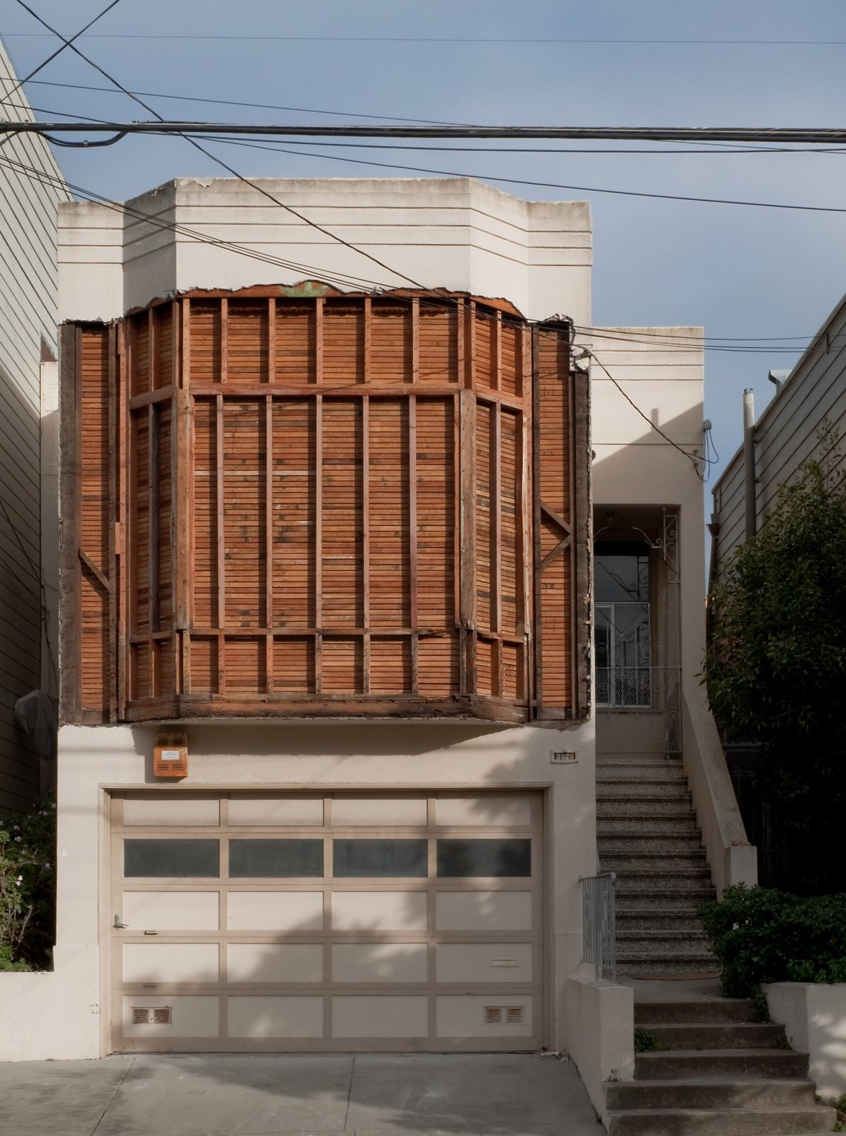 Highlight Gallery's temporary project is located at 3020 Laguna Street in San Francisco. The building's stripped-down facade offers an indication of the art and architectural hijinks inside.  Art from Architecture by Jaime Gillin
