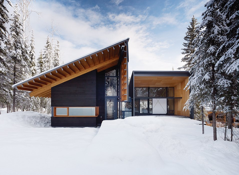 Douglas fir walls and beams extend to the exterior of a weekend house near Golden, British Columbia. Designed by Bohlin Cywinski Jackson and Bohlin Grauman Miller Architects, it was designed for an active family that likes to hit the slopes. A chalet-like pitched roof emphasizes its cabin feel.  House projekt from Modern Weekend Ski Home