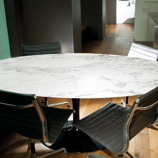 """Calder Smith uses his elliptical table, designed in 1956 by Eero Saarinen for Knoll, as a place for both dining and working. """"It's not as heavy as you might think, so it's easy to move around,"""" says the architect. """"Plus the base allows room for lots of legs—we've had up to eight people sitting around it at one time."""""""