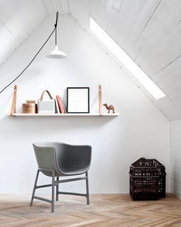 Crisp white walls contrast with the surface of the painted white boards of the ceiling, keeping the interiors modern and clean.