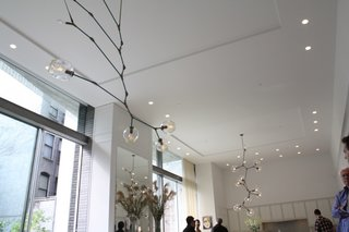 Lindsey Adelman designed the lights dangling above the great room.