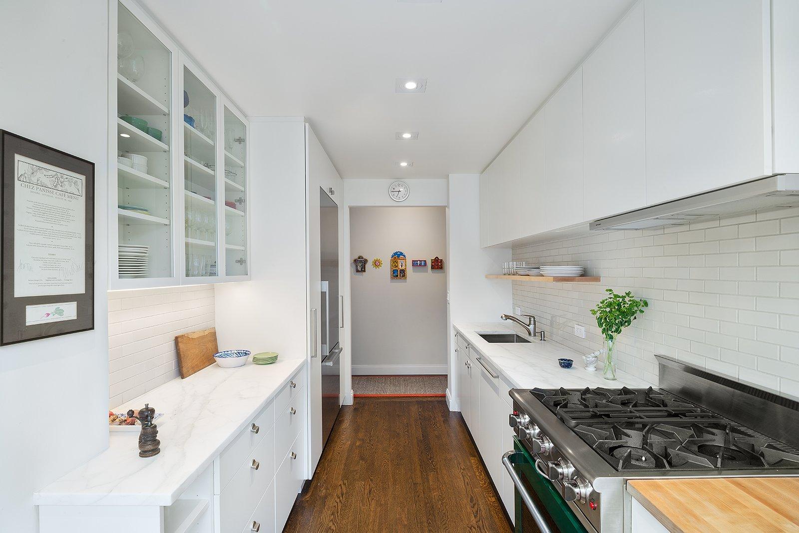 https://images.dwell.com/photos-6063391372700811264/6133536027597058048-large/upper-east-side-kitchen-renovation.jpg