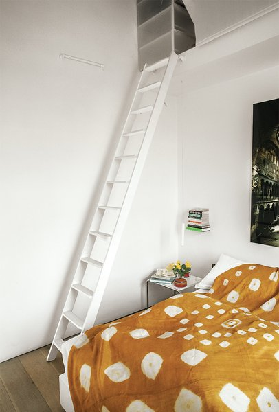 The Laccio side table in the bedroom is by Marcel Breuer for Knoll.