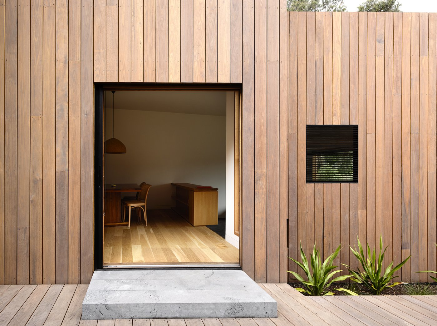 """A timber rain screen made of locally-sourced spotted gum clads the house. """"It's basically like a tortoise shell in that it's a protective layer, a shield, that allows the building to be protected from the sun and insulated from the cold,"""" Kennon says. Because of its high density, the Australian hardwood stands up well against the elements.  Lush Hill by Laura C. Mallonee"""