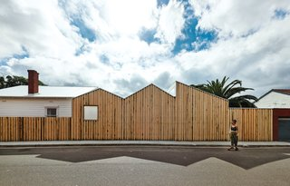 The Victorian ash siding keeps this Australian bungalow courtyard cool in warm temperatures. Photo by: Peter Bennetts
