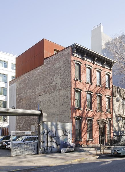Architect Alex Gil and his wife, Claudia DeSimio, affixed a 750-square-foot addition to the roof of a 19th century Williamsburg townhouse, transforming their cramped third-floor apartment into a modern duplex.