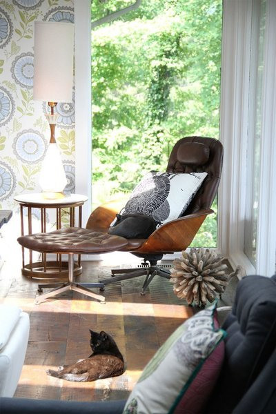 Designer Amy Butler has paired a vintage Plycraft lounger with her own Lacework wallpaper in Moss in the living room of her Ohio home. Photo by David Butler via Apartment Therapy.