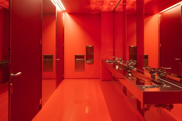 The use of color continues in the monochromatic bathrooms. © Greg Irikura 2013