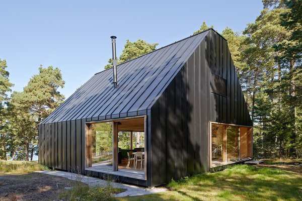 This dwelling joins a number of structures—such as a boathouse and guesthouse—owned by one family and used for vacations. They needed a new house to accommodate new generations at the reatreat.