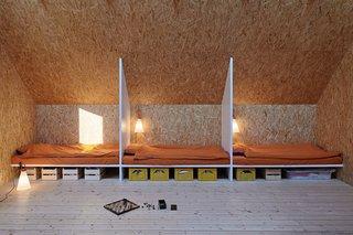 通过谭&VidegårdArkitekter设计,这房子位于斯德哥尔摩群岛的外部区域。为了保持低的费用,选择了一条简单的建筑师山墙内的设计和简单的材料 - 金属板的立面和OSB壁,例如。