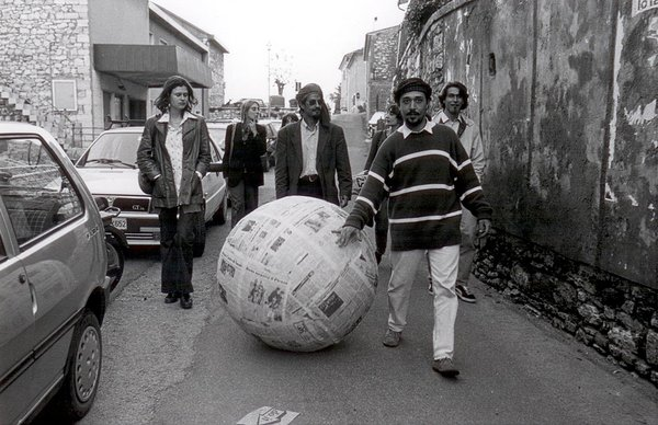 """As part of Sculpture for Strolling (2005), Pistoletto advises participants: """"After reading the daily newspaper, immerse it in water then form a small sphere by compressing the wet newspaper with one's hands. Enlarge the sphere by adding new daily newspapers soaked in water. Continue this procedure until the sphere is a meter in diameter. When well dried out, roll the newspaper sphere outside in the streets and the squares as a """"sculpture for strolling."""""""
