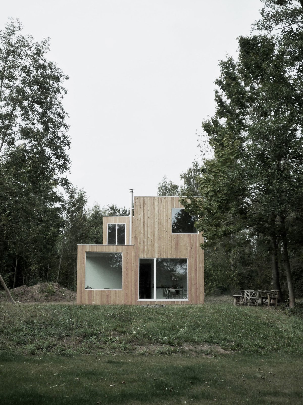 In Hungen, a lakeside town, regulations require homes to occupy a footprint of no more than 538 square feet, and be only one story tall. NKBAK worked around these limitations by designing a modern home with only a partial second story.  Cabins & Hideouts