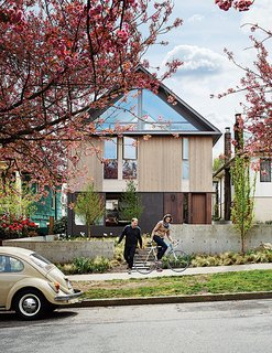 """Stephen Waddell and Isabel Kunigk worked with architect D'Arcy Jones to breathe new life into their """"dank old"""" structure. The couple chose to sacrifice square footage inside in order to make the most of outdoor space."""