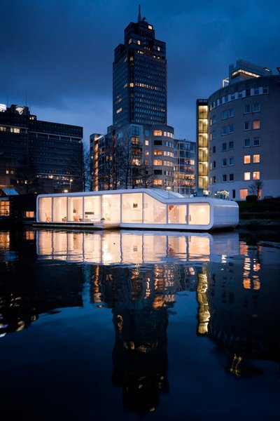 Watervilla de Omval, Amsterdam, the Netherlands, by Iwan Baan. The houseboat floats in the Amstel river.