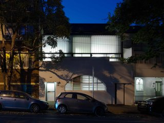 An Airy Sydney Home Goes Vertical to Gain Space